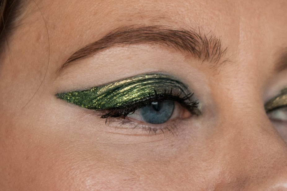 Duochrome liner for hooded eyes